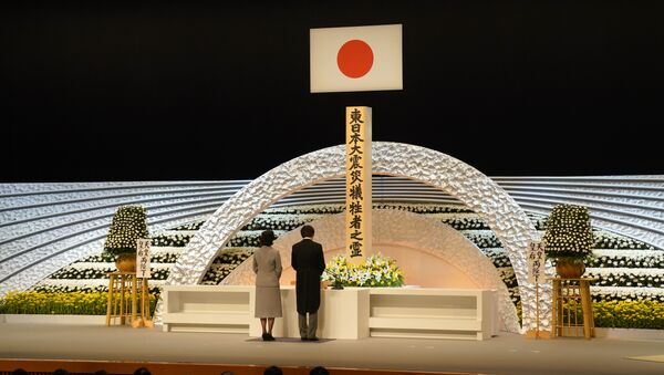 Японский принц Акисино и принцесса Кико перед алтарем жертвам землетрясения и цунами в 2011 года во время национальной мемориальной службы в Токио. 11 марта 2018