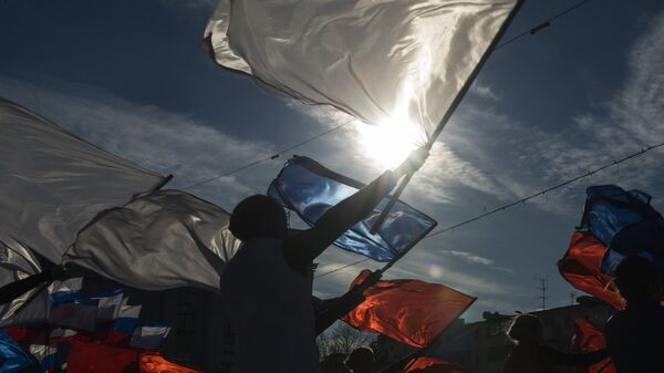 Участники мероприятия в стиле арт-моб Воссоединение по случаю празднования годовщины Крымской весны в Симферополе