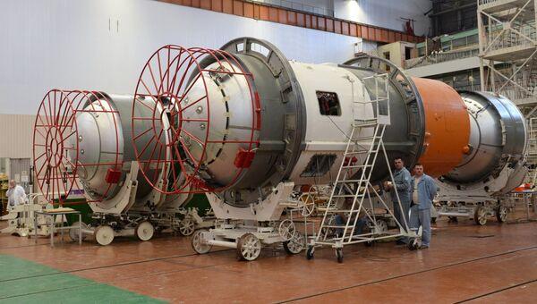 Сотрудники в одном из сборочных цехов АО Ракетно-космического центр  Прогресс . Архивное фото