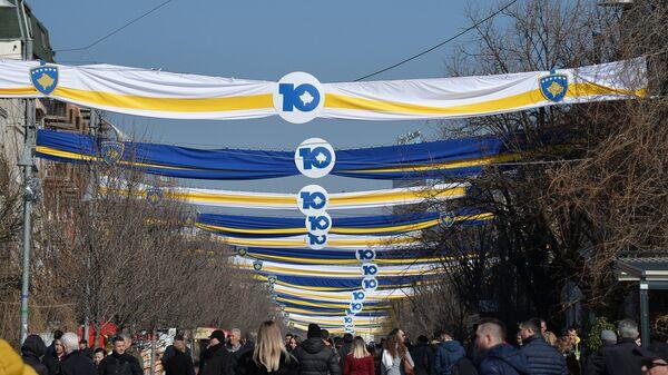 Участники праздничных мероприятий, посвященных 10-летию независимости Косово в Приштине. 16 февраля 2018