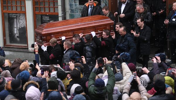 Гроб с телом актера и режиссера Олега Табакова выносят из здания Московского Художественного театра (МХТ) имени А.П.Чехова в Камергерском переулке в Москве, где проходила церемония прощания