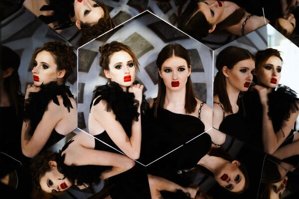 Модели во время подготовки к показам одежды в рамках Mercedes-Benz Fashion Week Russia в Центральном выставочном зале Манеж в Москве