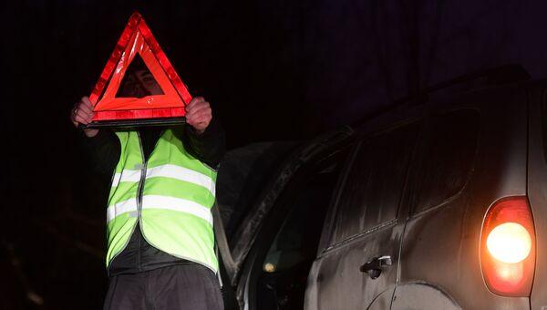 Водитель в светоотражающем жилете. Архивное фото