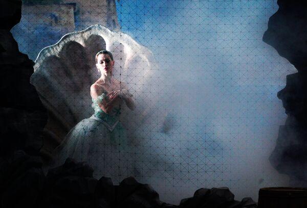 Артистка балета Надежда Иванова в роли Наяды в сцене из балета Наяда и рыбак. Сюита в рамках фестиваль Золотая маска в Москве