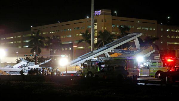 Место обрушения пешеходного моста в Международном университете Флориды в Майами. 15 марта 2018