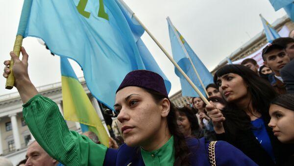 Девушка с флагом запрещенного в России Медждиса на площади Независимости в Киеве