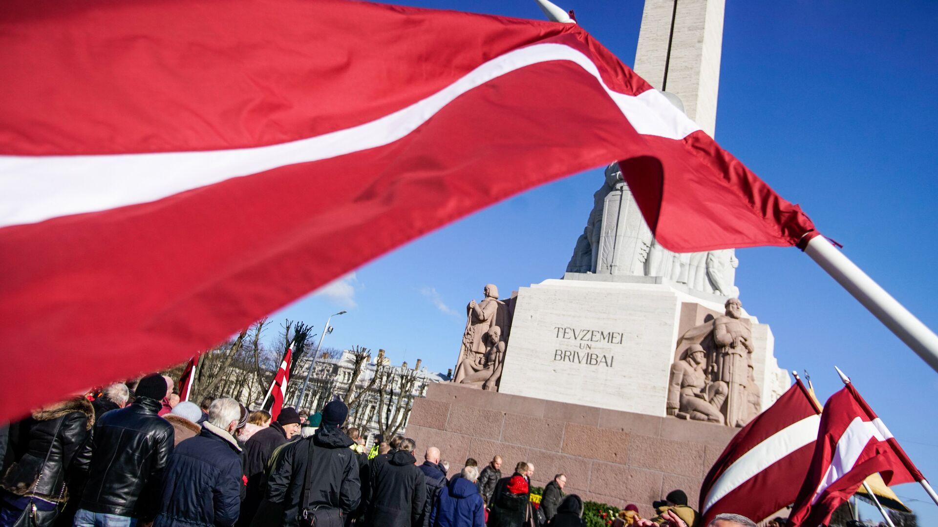 Участники марша бывших латышских легионеров Ваффен СС и их сторонников у памятника Свободы в Риге - РИА Новости, 1920, 19.11.2020