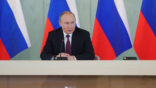 Президент РФ Владимир Путин во время встречи с работниками сферы здравоохранения в Санкт-Петербурге. 16 марта 2018