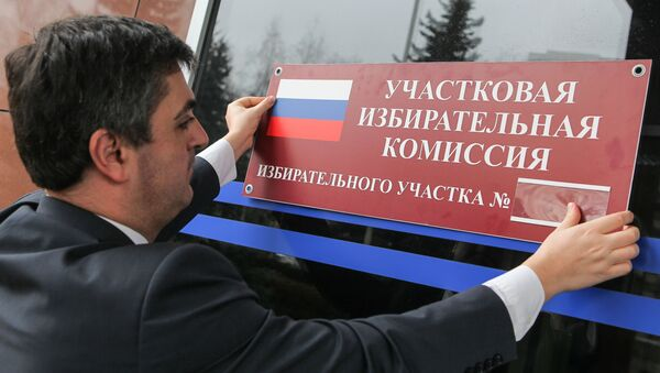 Мужчина оформляет избирательный участок №1058 к выборам президента РФ. Архивное фото