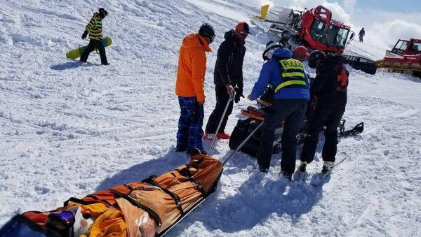 Транспортировка пострадавшего на горнолыжном курорте в Гудаури. 16 марта 2018