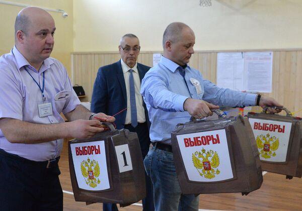 Члены избирательной комиссии на избирательном участке во Владивостоке