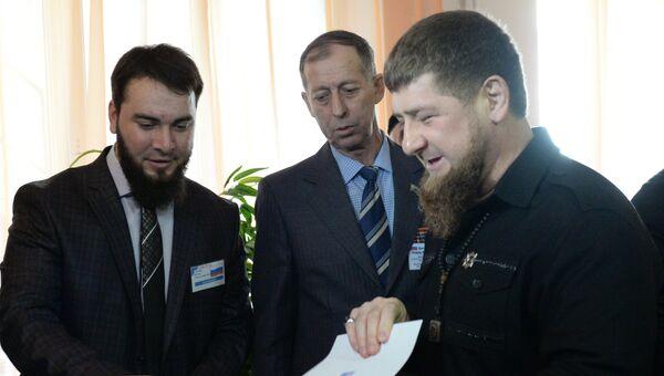 Глава Чеченской Республики Рамзан Кадыров опускает бюллетень в урну на выборах президента РФ на избирательном участке №165 в Грозном. 18 марта 2018