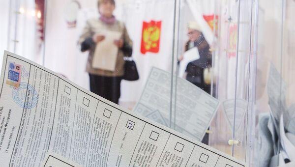 Бюллетени в урне на избирательном участке. 18 марта 2018