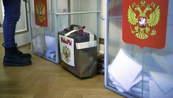 Урны для голосования на выборах президента РФ на избирательном участке в посольстве РФ в Лондоне