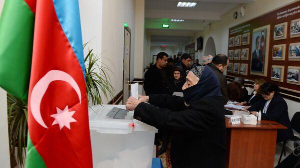 Избиратели на одном из избирательных участков в Баку