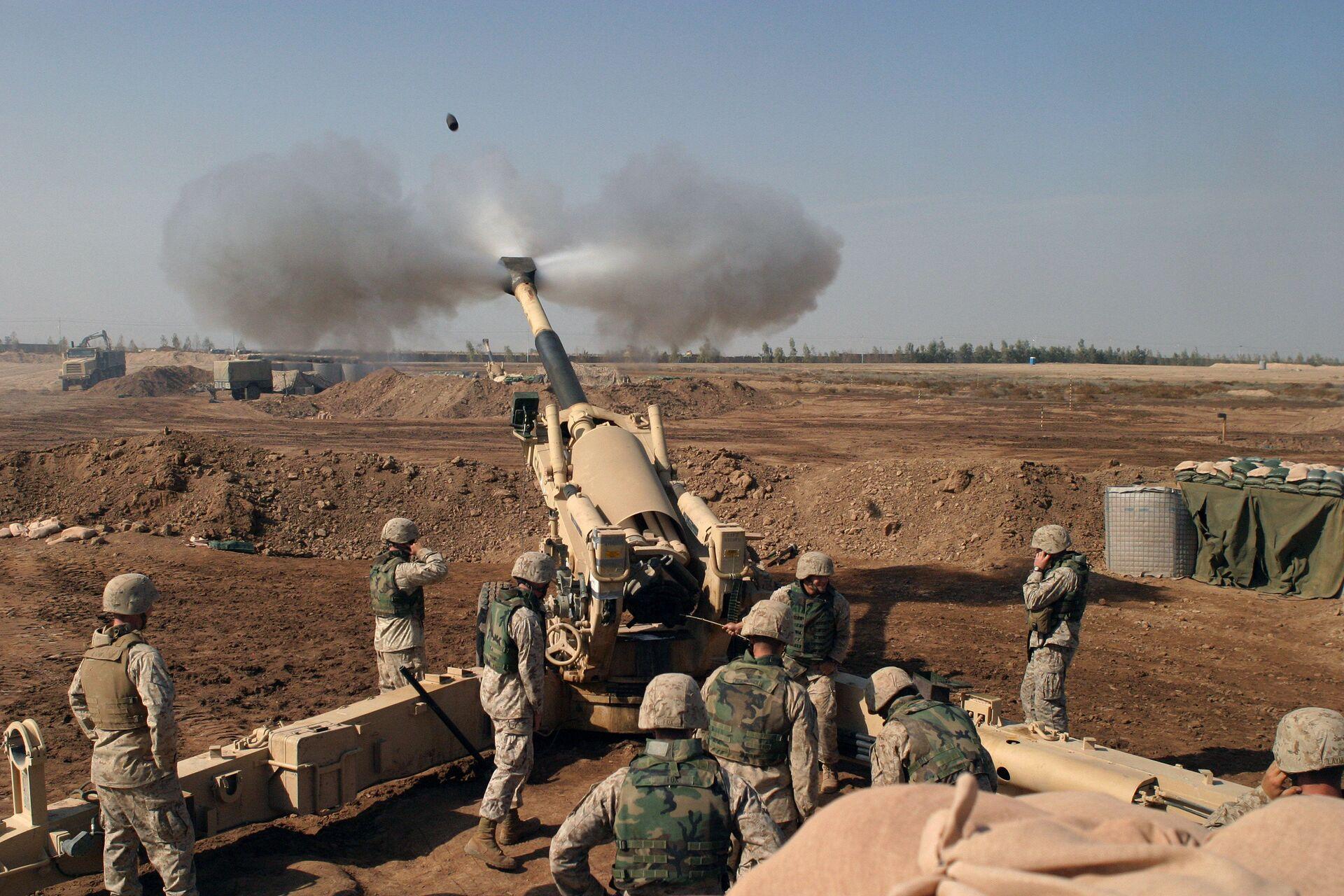 155-мм гаубица M198 ведёт огонь в ходе штурма Фаллуджи. 11 ноября 2004 года - РИА Новости, 1920, 25.12.2020