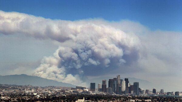 Дым от лесных пожаров, вызванных аномальной жарой, над Лос-Анджелесом, Калифорния, США