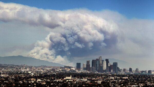 Дым от лесных пожаров, вызванных аномальной жарой, над Лос-Анджелесом, Калифорния, США. Архивное фото