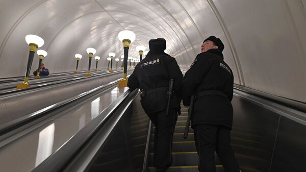 Сотрудники полиции на станции метро Спортивная в Москве