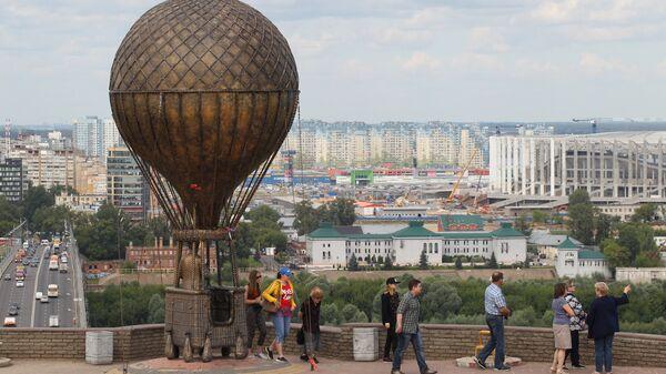 Туристы возле памятника Жулю Верну в Нижнем Новгороде