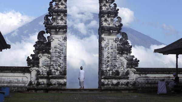 Вид на вулкан Агунг со стороны храма Пура Лухур Лемпуянг на Бали, Индонезия
