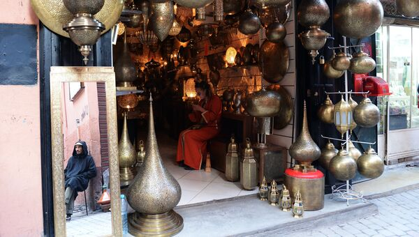 Продажа ламп на рынке в квартале Медина в Марракеше