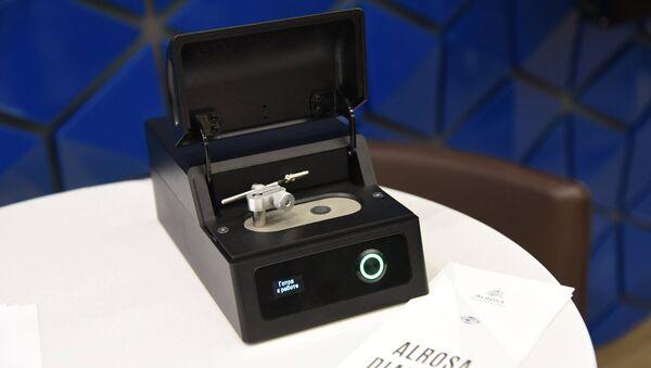 Группа Алроса продемонстрировала серийный детектор для проверки подлинности бриллиантов. 20 марта 2018