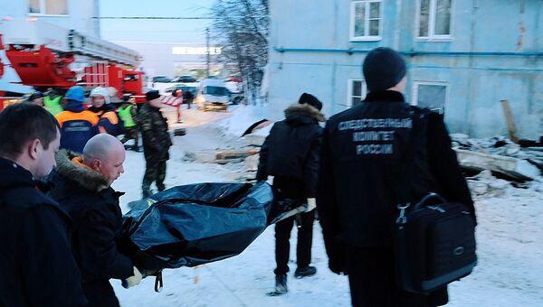 Медики несут тело жителя многоквартирного жилого дома на улице Свердлова в Мурманске, погибшего в результате взрыва бытового газа и обрушения части здания. 20 марта 2018