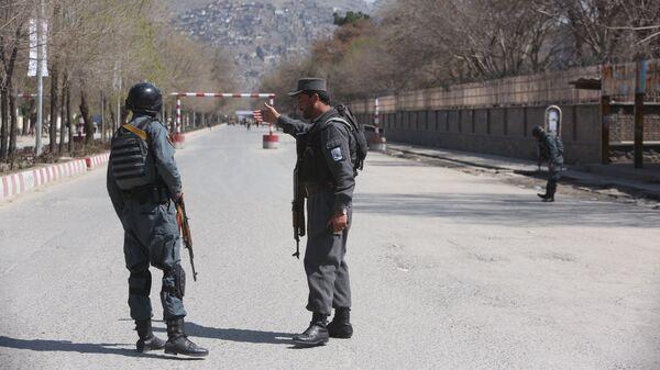 Полиция патрулирует улицы после теракта перед университетом в Кабуле. 21 марта 2018