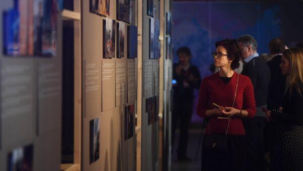 Посетители знакомятся с экспозицией на открытии выставки фотографий Best of Russia в центре современного искусства Винзавод в Москве