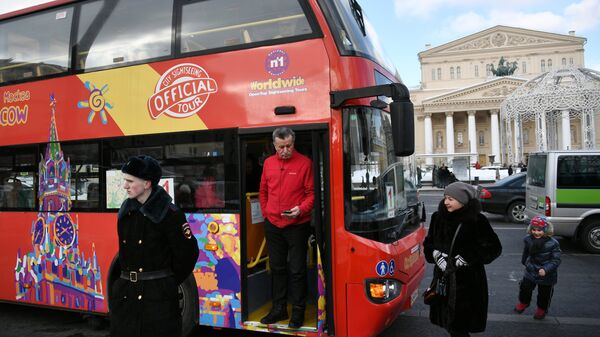Экскурсионный автобус в Театральном проезде в Москве.