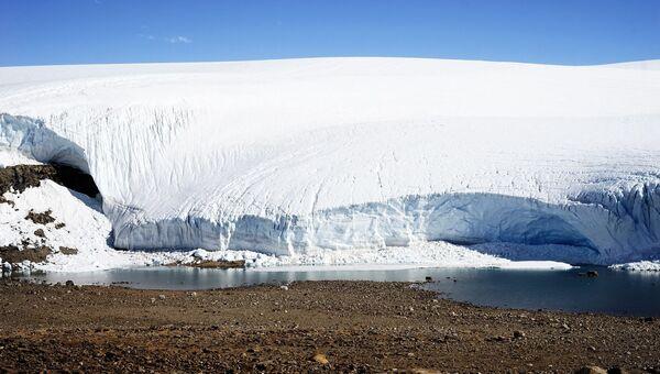 Ледник на берегу Антарктического полуострова