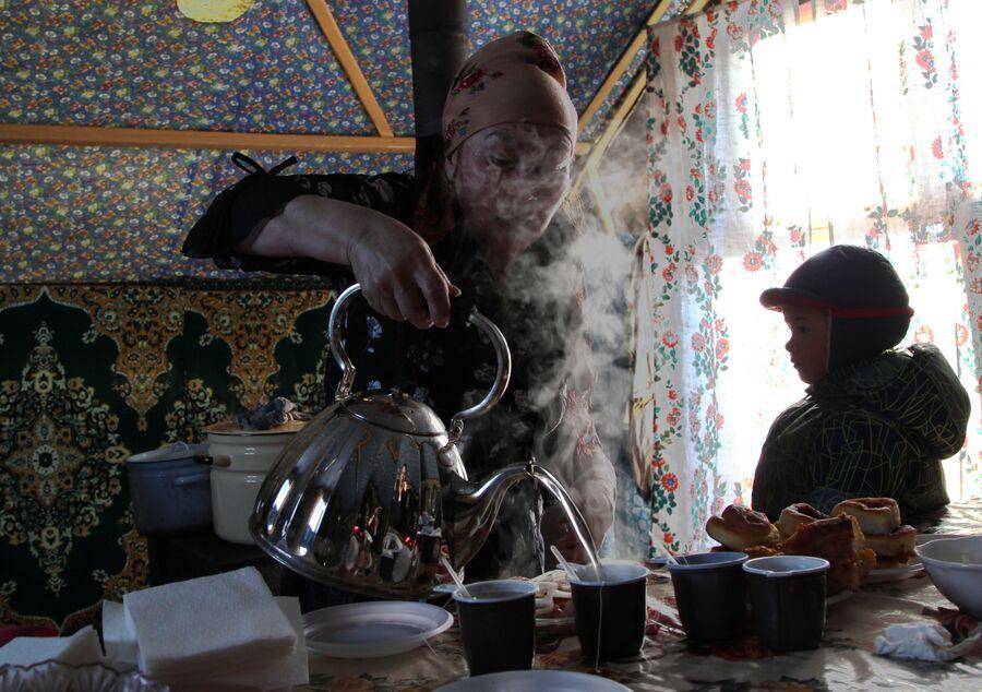 Женщина и ребенок в жилой палатке, Ненецкий автономный округ