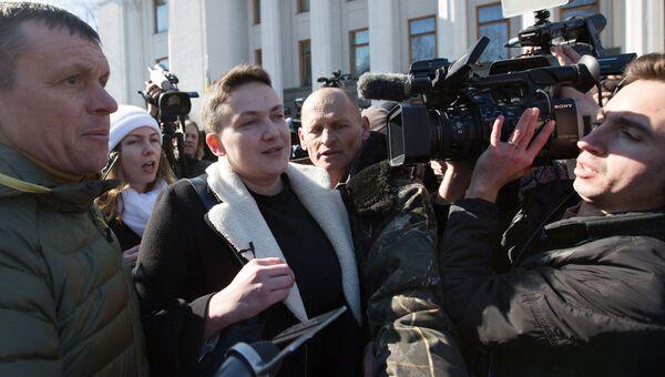 Надежда Савченко в сопровождении журналистов и правоохранителей у здания Верховной рады в Киеве. 22 марта 2018