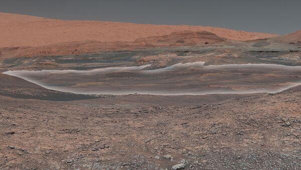 Залежи глины на склонах горы Шарп, к которым движется марсоход Curiosity