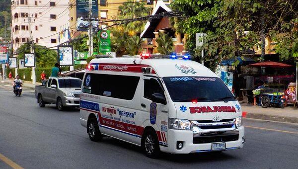 Машина скорой медицинской помощи на одной из улиц Патонга