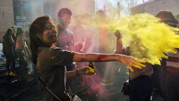 Участники фестиваля Холи-Мела в Центре индийской культуры в Москве
