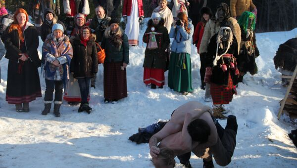 Участники кулачных боев на праздновании языческой Масленицы (Комоедицы) в деревне Турейка Наро-Фоминского района Московской области