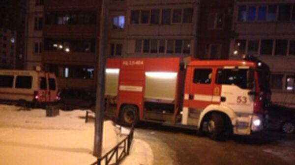 Сотрудники МЧС рядом с местом пожара в Приморском районе Санкт-Петербурга на улице Гаккелевская дом 18. 24 марта 2018