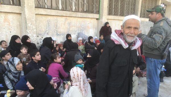 Беженцы на пропускном пункте в Сирии. Архивное фото