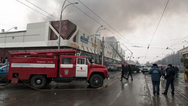 Сотрудники пожарной охраны МЧС борются с пожаром в торговом центре «Зимняя вишня» в Кемерово. 25 марта 2018