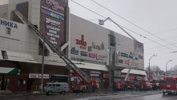 Сотрудники пожарной охраны МЧС борются с пожаром в торговом центре «Зимняя вишня». Архивное фото