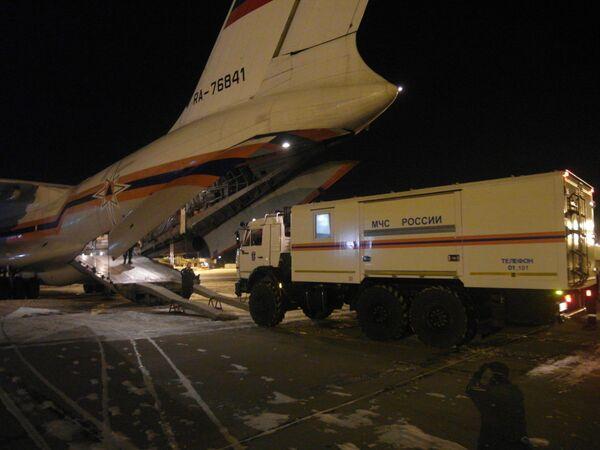 Ил-76 МЧС России с отрядом спасателей, психологами и опергруппой перед вылетом в Кемерово из Красноярского аэропорта. 25 марта 2018