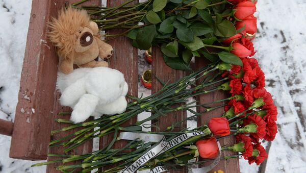 Цветы, свечи и мягкие игрушки возле здания торгового центра «Зимняя вишня» в Кемерово, где произошел пожар. 26 марта 2018