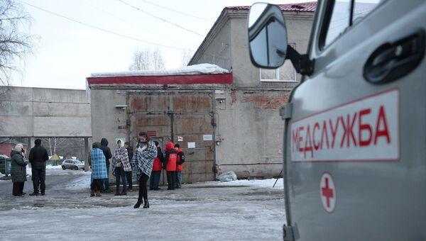 Автомобиль медицинской службы у здания Кемеровского областного бюро судебно-медицинской экспертизы, куда доставлены тела погибших при пожаре в ТЦ Зимняя вишня