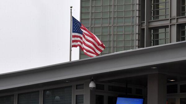 Флаг на здании посольства США в Большом Девятинском переулке в Москве