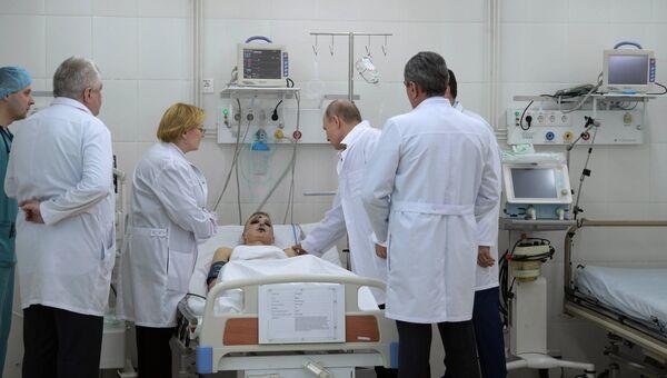 Президент РФ Владимир Путин во время посещения больницы, где находятся пострадавшие при пожаре в торговом центре Зимняя вишня в Кемерово