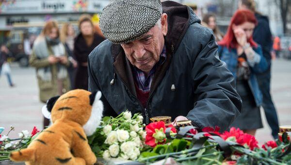 Жители Симферополя возлагают цветы у мемориала на площади Ленина в память о погибших в ТЦ Зимняя вишня в Кемерово