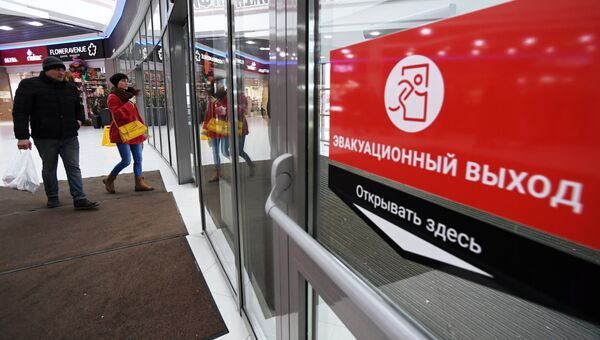 Наклейка Эвакуационный выход на двери торгового центра в Казани. Архивное фото