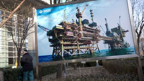 Баннер с изображением китайской нефтяной платформы компании CNOOC в Пекине. Архивное фото